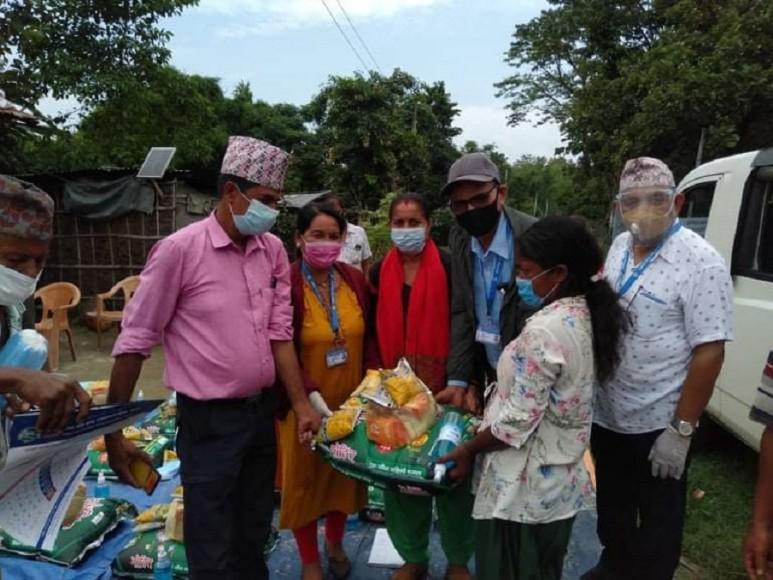 राहत पाएपछी सुकुम्बासी परिवार खुसी हुँदै भने 'अब केहि दिन चुल्हो बल्छ'